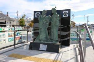 土田御前と子供の織田信長(吉法師)の銅像