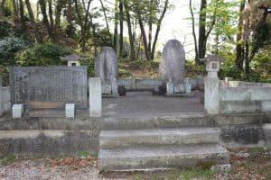 青山佐渡守・青山豊後守の父子の墓