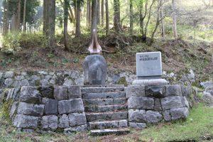 郷義弘の碑