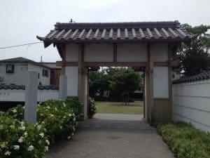 広場入り口の山門