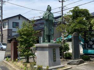 大友家持の銅像