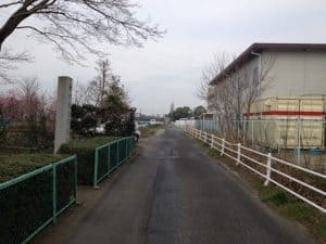 城址碑前の路地