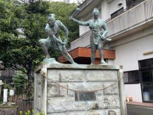 曾我兄弟の銅像